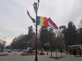 Román és Magyar zászlók Sepsiszentgyörgy főterén