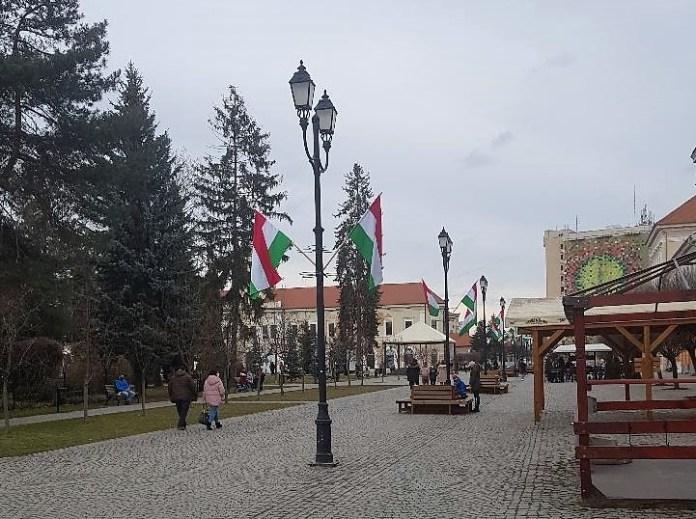 román és magyar zászlók