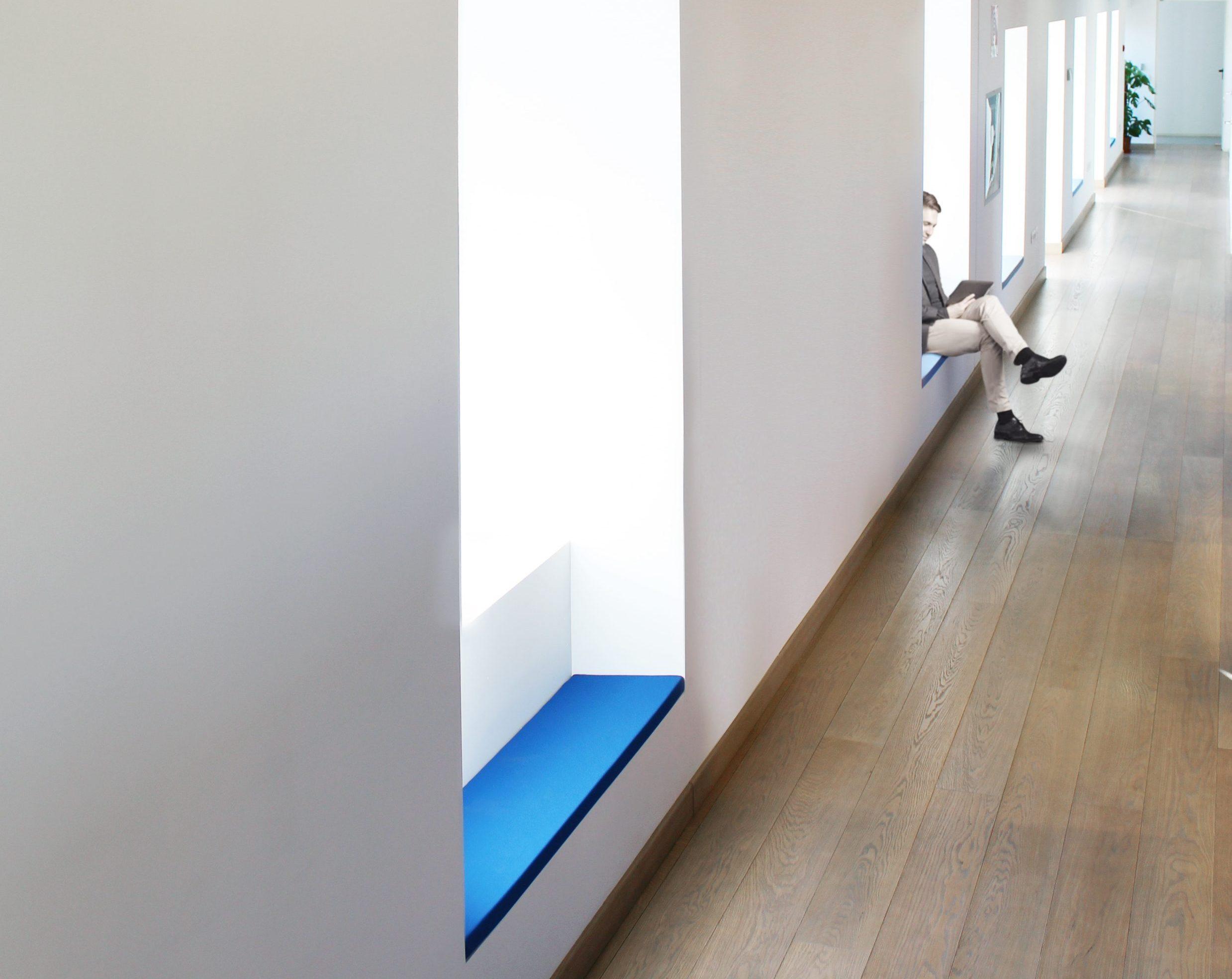 Cushion van slalom bevestigd als zetel tegen een muur