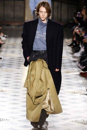 Vetements-aw16-pfw-rtw-womenswear-3