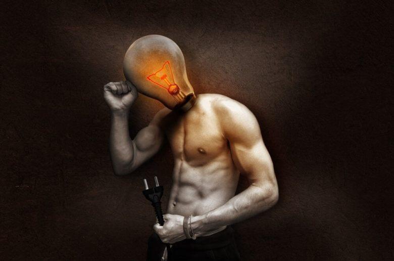 Questa è un'immagine orribile di un ragazzo sexy con una lampadina per una testa e una spina per un ... errore, una spina in mano.  Perché?  Non lo so.  Mi dispiace.