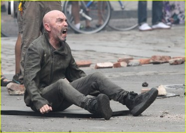 idris-elba-battles-jackie-earle-haley-on-dark-tower-set-01