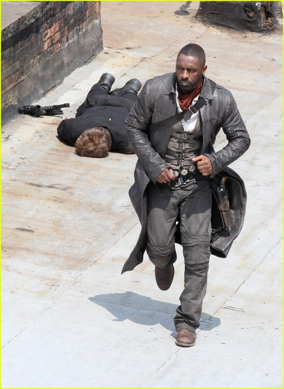 idris-elba-unbuttons-his-shirt-on-the-dark-tower-set-21