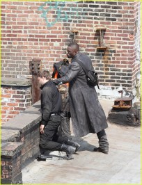 idris-elba-unbuttons-his-shirt-on-the-dark-tower-set-22