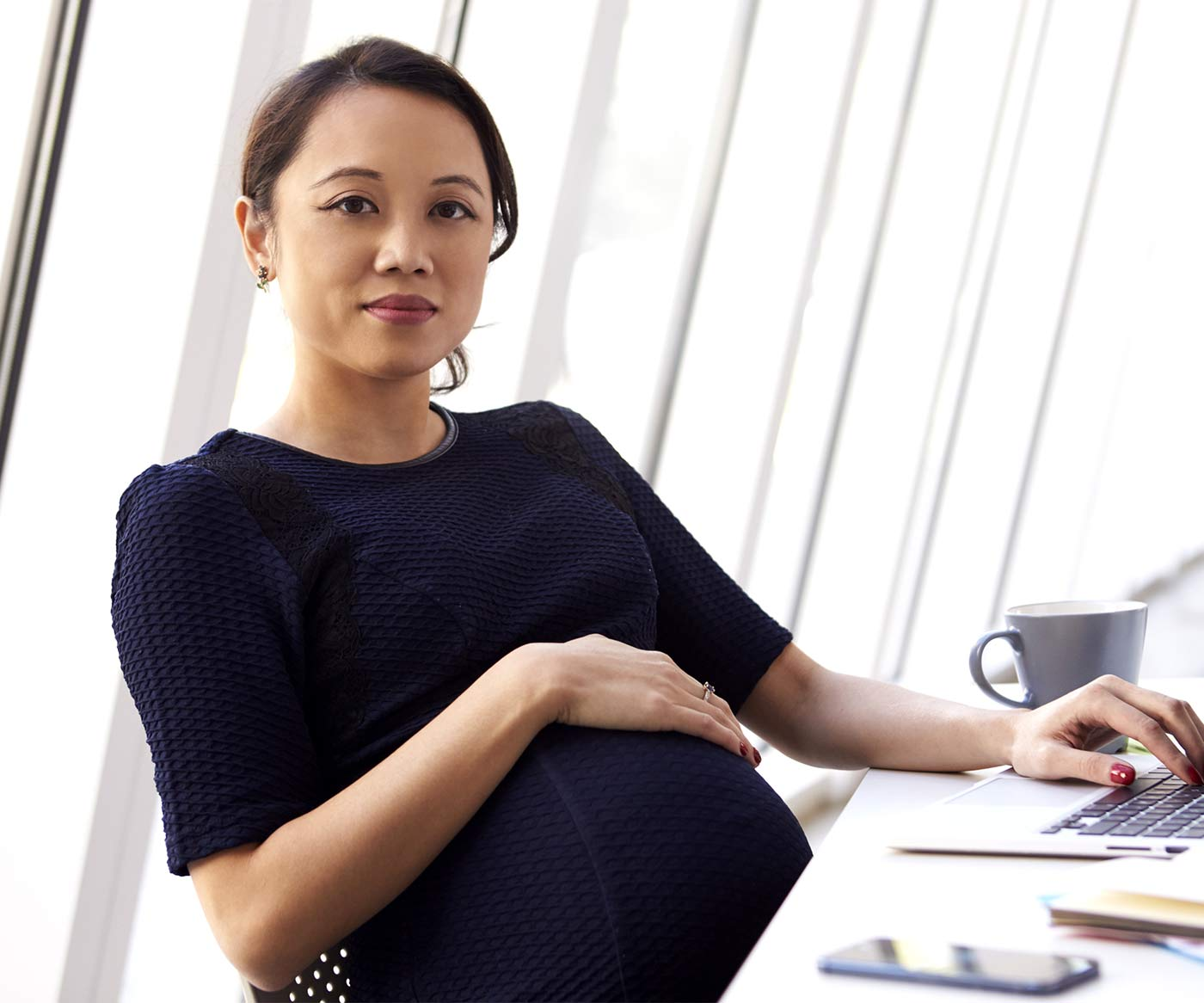 A pregnant woman at the office: signs to stop working during pregnancy