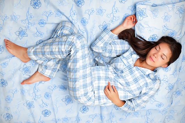 パジャマ姿で眠る女性