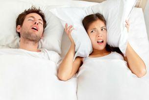 旦那のいびきに悩む妻の画像