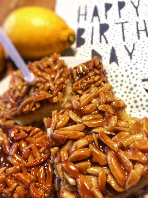 Skøn citronkage med lækkert, snasket, knasende mandeltopping.