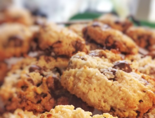 Kokos - Chokolade Cookies med 4 ingredienser. Lynhurtige at lave. Nemme. Uden mel. Chocolate Chip. Mandel, kokosmel, kondenseret mælk.