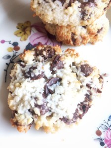 Kokos - Chokolade Cookies. Nemme, uden hvedemel. Kokosmel, Mandelmel, chokoladeknapper og kondenseret mælk.