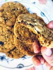 cookies med chokoladeknapper. Lækre, sprøde yderst og seje i midten.