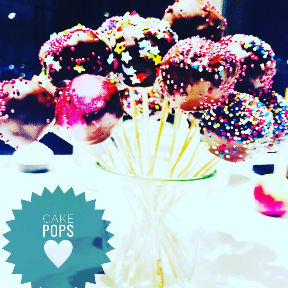En buket af flotte Pop Cakes - kage på pind - med flot og festligt krymmel.