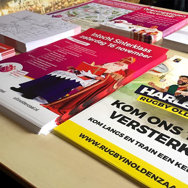 Print- en drukwerk Oldenzaal. Overzichts foto van flyers, kleurplaten, posters, stickers, leaflets en meer.