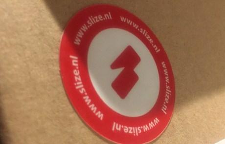 Kleine stickers drukken - opvallende en goedkope promotie. Ronde stickers slize
