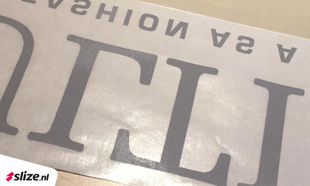Eigen vorm logo letters uit witte folie gesneden