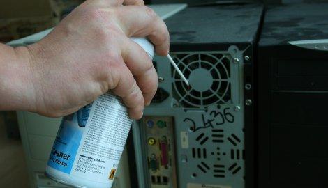 Slika dva izduvavanje prasine iz ventilatora napajanja.