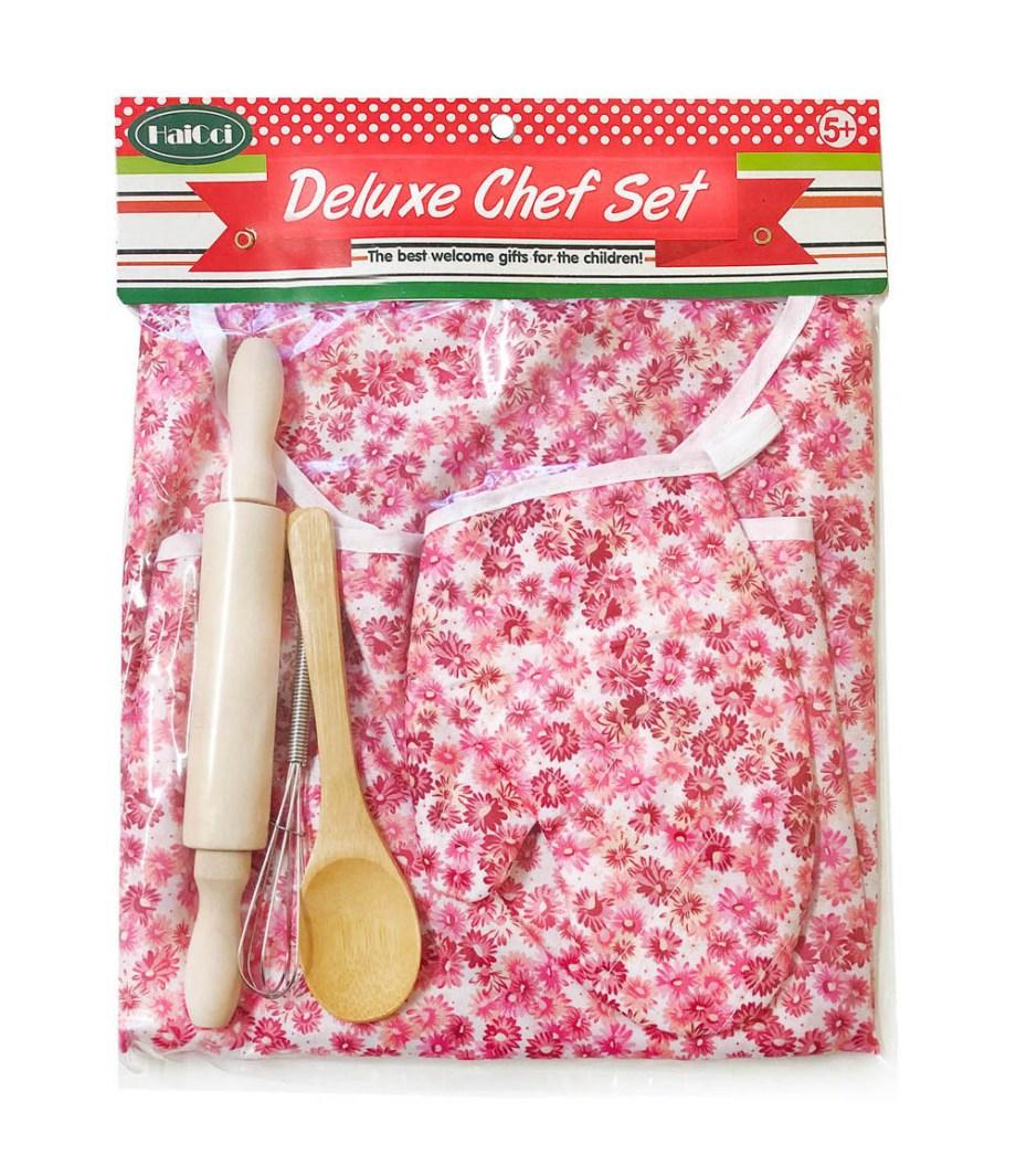 Kuhinjski set sa pregačom i drvenim dodacima vratiti će Vas u prošlost kada ste kao mali pomagali Vašim bakama u kuhinji.