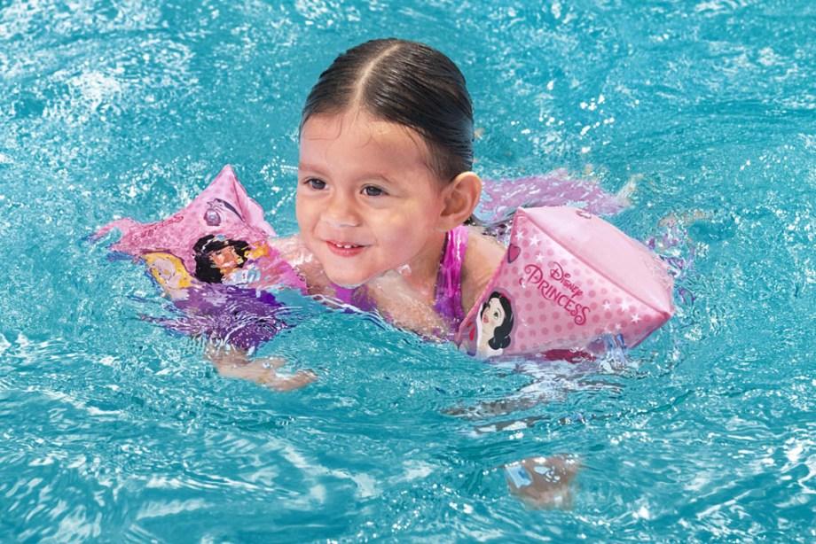 Narukvice za plivanje Disney Princess 3-6 godina. Narukvice od vinila za pomoć pri učenju plivanja, a idelne su za svu djecu koja vole princeze.