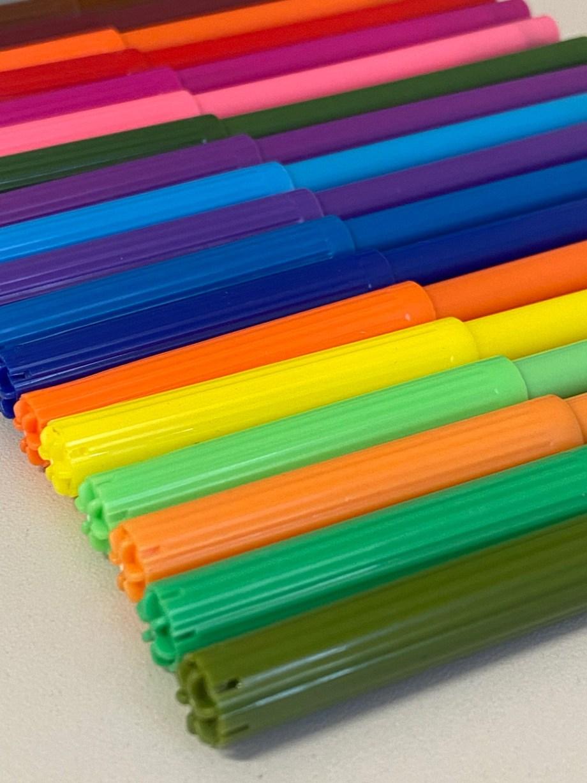 Flomasteri Colour Therapy, raznobojni flomasteri 20 komada. Flomasteri u raznim bojama sa finim vrhom za bojanje i crtanje. U pakiranju se nalazi 20 komada flomastera u raznim bojama.