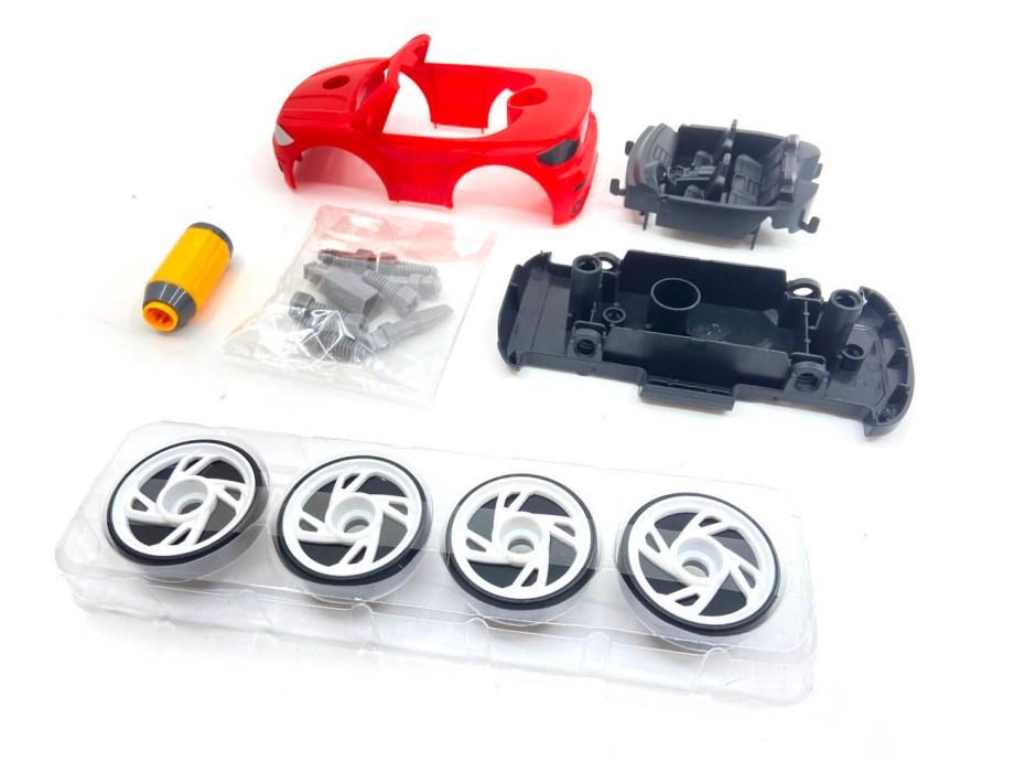 Auto za sastavljanje, sa gumama i alatom. Do it yourself ili napravi sam auto. Auto za sastavljlanje u dvije boje i dvije verzije - sa krovom ili bez.