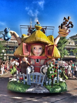 Disneyland Paris parade Alice