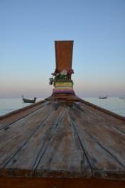"""Ko Phi Phi. Barcă tailandeză 'cu coadă lungă' condusă de un """"sea gypsy"""" (țigan al mării). Long tail boat driven by a sea gypsy. Photo: ©Slowaholic"""