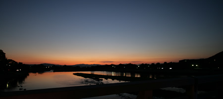 渡月橋から朝焼けを見る