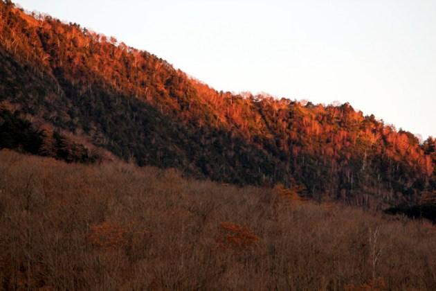 6:12 男体山の横から昇った朝日が西側の山を照らし出します。