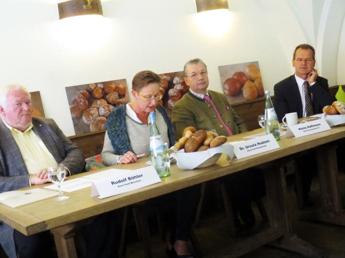 Von rechts: Prof. Richard Balling, Obermeister Heinz Hoffmann, Dr. Ursula Hudson, Rudolf Böhler         (Foto: Katharina Heuberger)