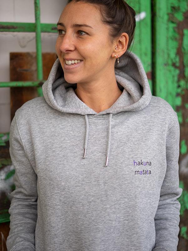 nachhaltiger-hoodie-fair-fashion-pullover-hakuna-matata-slowli-12