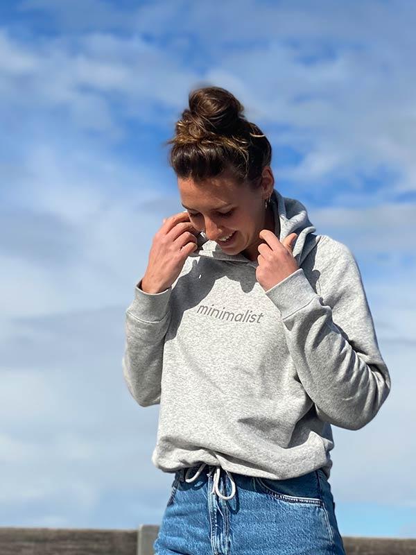nachhaltiger-Hoodie-fair-fashion-pullover-minimalist-grau-slowli-6
