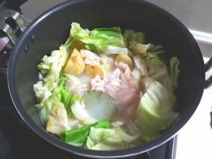 鶏むね肉とローリエ入れて5分煮る