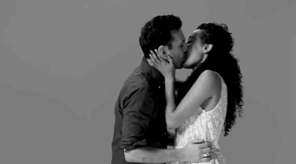 각자 처음 만나는 사람들에게 키스를 부탁했다고 한다. 그런데 저렇게 격정적으로?