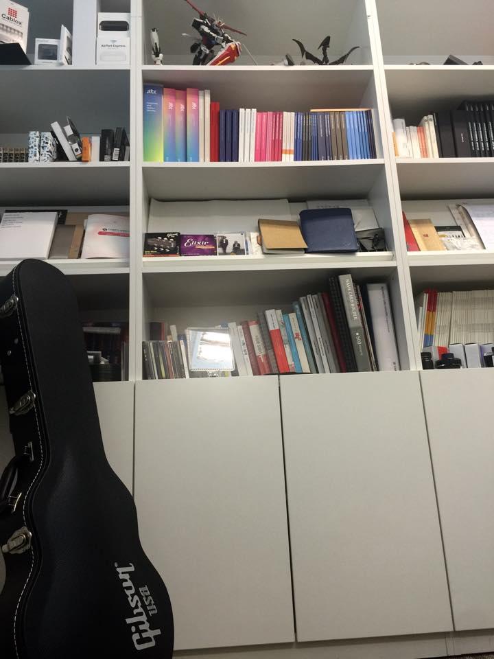 사무실 한켠에 있는 기타가 눈길을 끈다.