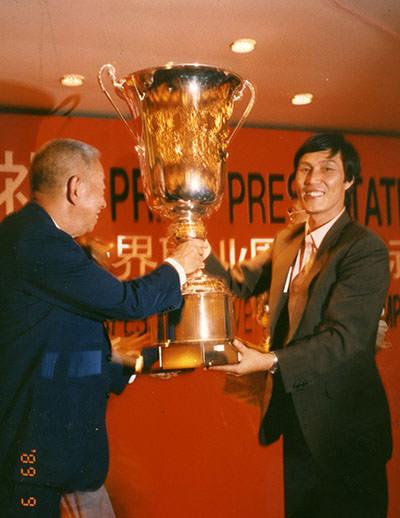 응씨배 우승 트로피를 받는 장면 (©한국기원)