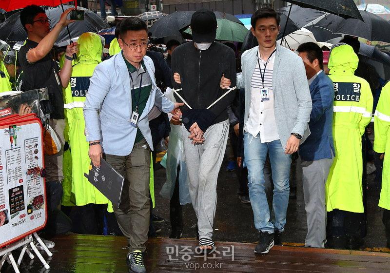 강남역 살인사건 피고인 김 모 씨(당시는 피의자 신분)가 2016년 5월 24일 오전 현장검증을 위해 빗속에서 서울 서초구 강남역 인근 한 주점 화장실로 향하는 모습. (사진 제공: 민중의소리) http://www.vop.co.kr/A00001027010.html