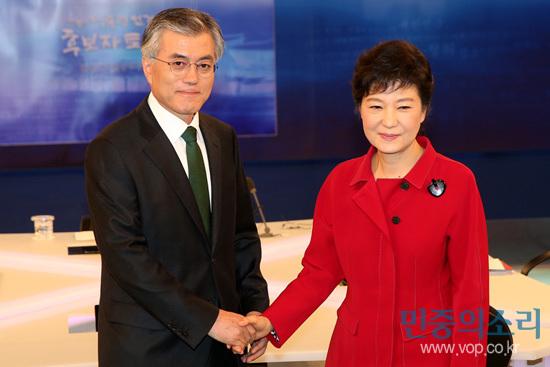 지난 18대 대선 토론회에서의 문재인 후보와 박근혜 후보 (사진 제공: 민중의소리) http://www.vop.co.kr/A00000577130.html