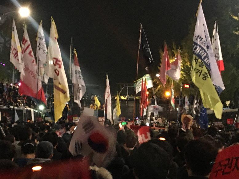 2016년 11월 13일 새벽 경복궁역 사거리 모습