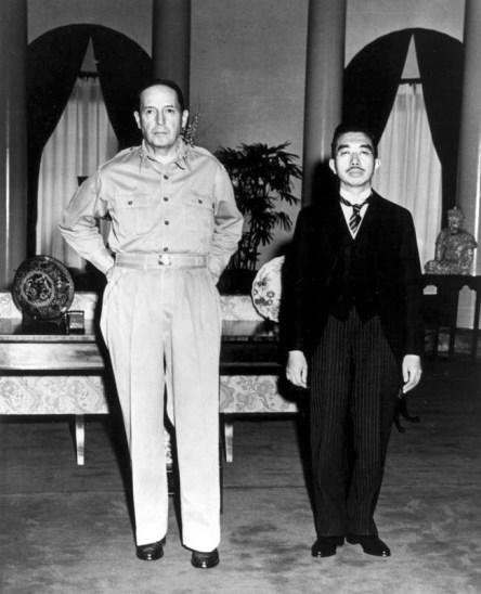 맥아더 장군과 히로히토 천황. 1945년 11월 27일 도쿄 소재 미국대사관에서 첫 만남.