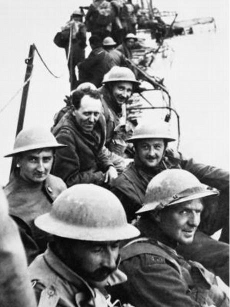 됭케르크 철수 작전으로 극적으로 포위에서 벗어난 군인들.