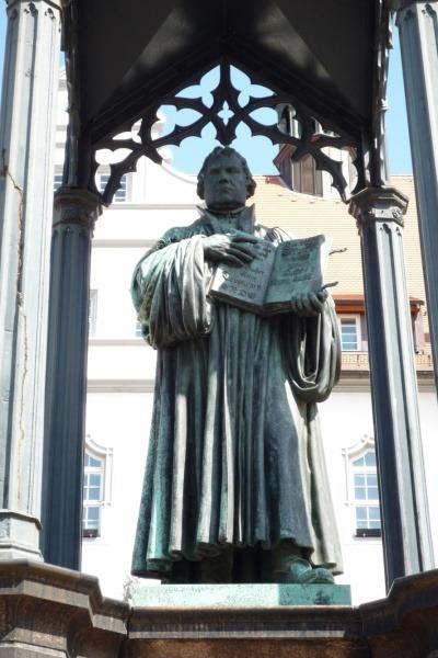 비텐베르크의 마르크트 광장에 서 있는 루터 동상.