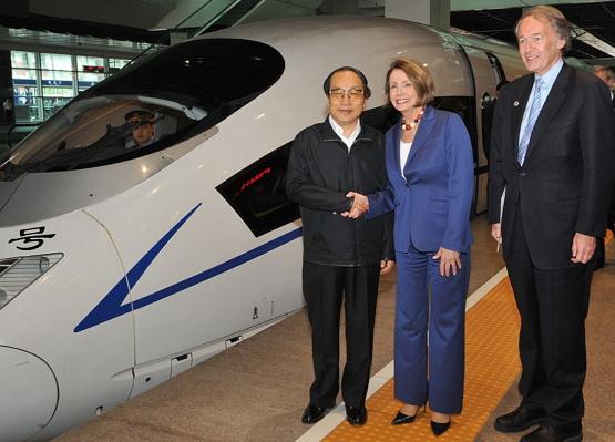 """2008년 당시 미국 하원의의장인 낸시 펠로시를 접견하는 (출처: Nancy Pelosi, """"High Speed Train"""", CC BY) https://flic.kr/p/6rWFTX"""