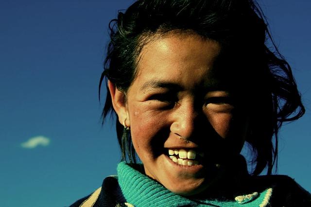 라다크의 소녀. 이 소녀가 자라 진심으로 꿈꾸게 될 것은 전통의 보존일까 아니면 그 파괴일까.