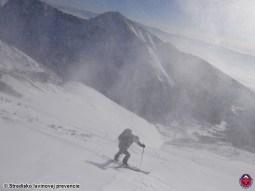 Servis v zime si vyžaduje zdĺhavý prístup na lyžiach. Podmienky sú nie vždy ideálne.