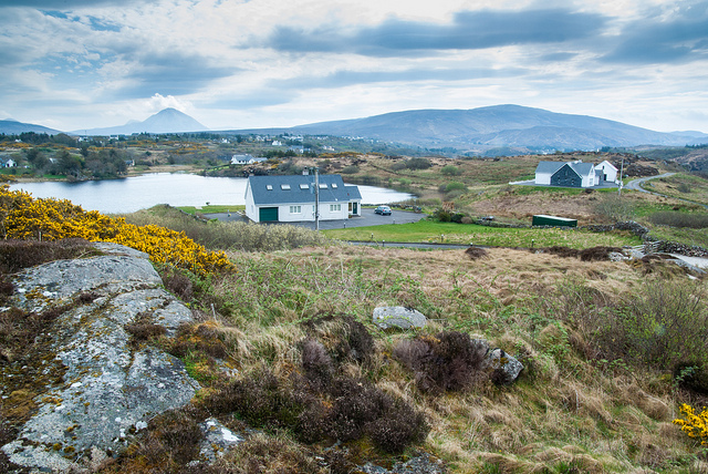 Ag amharc síos ar an loch i mbaile fearainn Chnoc a' Stolaire i nGaoth Dobhair.   Looking towards the lake in the townland of Cnoc a' Stolaire in Gaoth Dobhair, county Donegal.