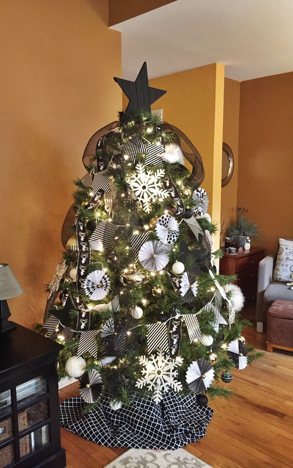 Color schemes for christmas trees - Well Thats True For This Tree Despite Its Untraditional Color Scheme It S Brimming With Holiday Cheer