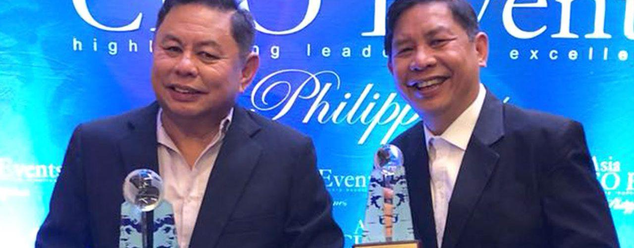 Dioceldo Sy receives an award