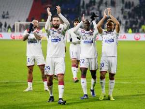 Lyon players applaud after defeating Monaco on December 16, 2018