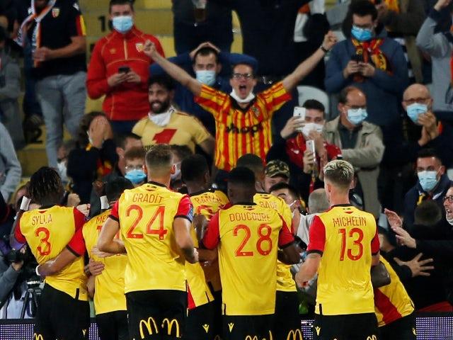 Линз празднует гол в матче против Пари Сен-Жермен в Лиге 1 10 сентября 2020 г.