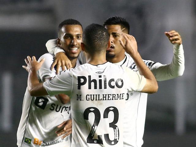 لوكاس براغا لاعب سانتوس يحتفل مع زملائه بعد هدف في مرماه سجله ليبرتاد وثاني سانتوس في 13 أغسطس 2021